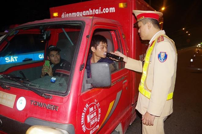 """Công an Hà Nam xử phạt hàng chục """"ma men"""" lái xe"""