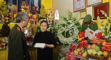 Cục An ninh Nội địa trao hơn 87 triệu đồng tới thân nhân 3 Liệt sỹ hy sinh