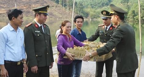 Công an Quảng Bình tặng hàng ngàn con vịt giống cho các gia đình  khó khăn