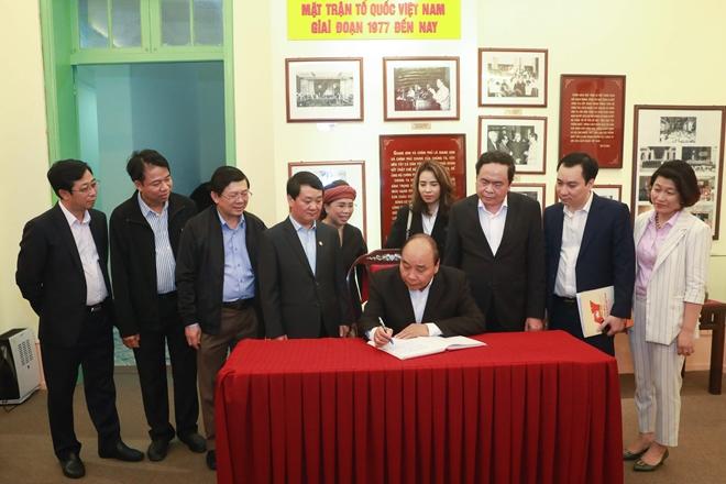 Thủ tướng Nguyễn Xuân Phúc ghi Sổ truyền thống của MTTQ Việt Nam.