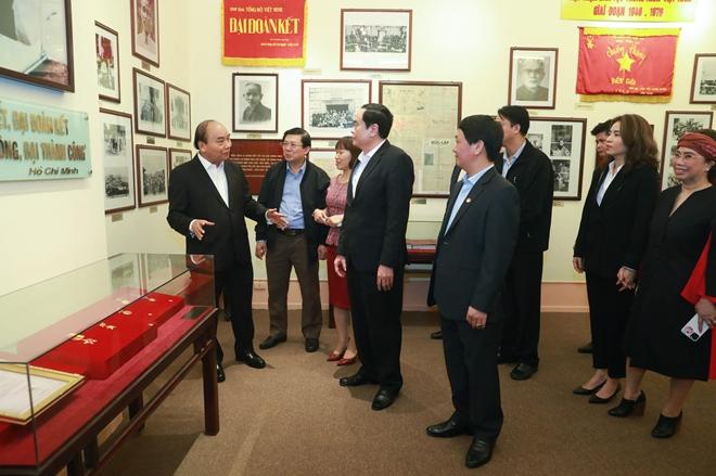 Thủ tướng Nguyễn Xuân Phúc thăm quan Phòng truyền thống của MTTQ Việt Nam.