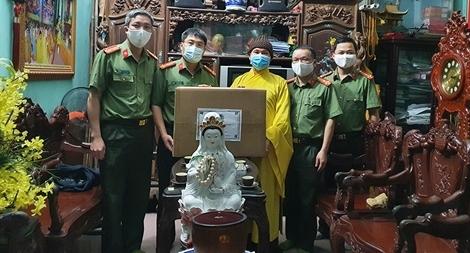 Công an Bắc Giang tặng 4 nghìn khẩu trang cho các cơ sở tôn giáo