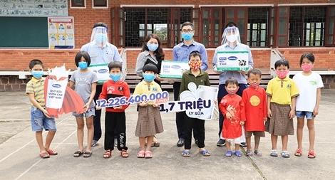 Vinamilk tặng 1,7 triệu ly sữa cho trẻ em khó khăn trong dịch COVID-19