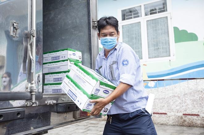 Vinamilk tặng 1,7 triệu ly sữa cho trẻ em khó khăn trong dịch COVID-19 - Ảnh minh hoạ 3
