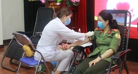 65 cán bộ, chiến sỹ tham gia hiến máu tình nguyện