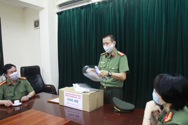 Ủng hộ 2.000 tấm che mặt cho CBCS Cục Quản lý Xuất nhập cảnh - Ảnh minh hoạ 2