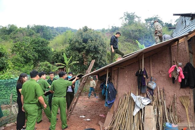 Công an huyện Mường Nhé chung tay sửa nhà cho anh Năm.