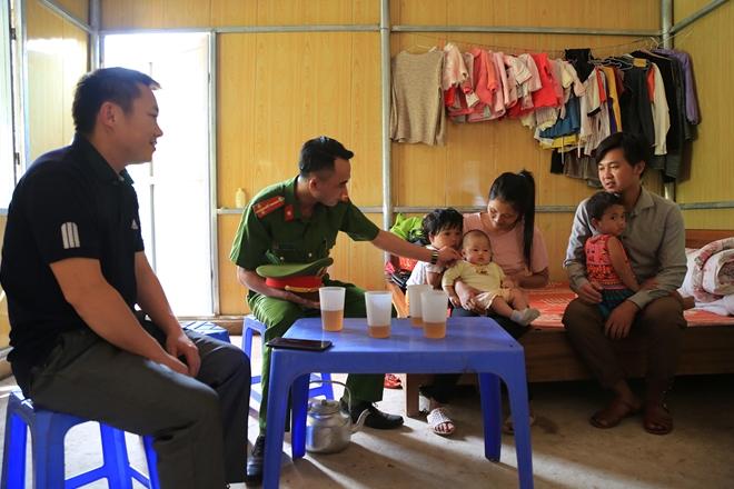 Công an, Chính quyền xã Leng Su Sìn đến thăm ngôi nhà mới của anh Lỳ Gó Po tại bản Leng Su Sìn, xã Leng Su Sìn, huyện Mường Nhé.