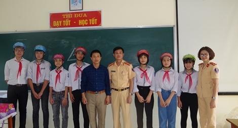 CSGT Hà Nam tuyên truyền Luật giao thông đường bộ