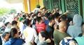 CĐV đội nắng chen chân mua vé vào sân Thiên Trường