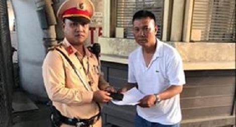 Thượng úy CSGT Hà Nội nhặt được 15 triệu đồng tìm trả người đánh rơi