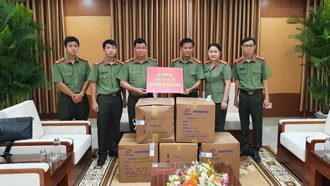 Bộ Công an trao 25 ngàn khẩu trang y tế và các trang thiết bị phòng chống dịch COVID-19 cho Công an TP Đà Nẵng