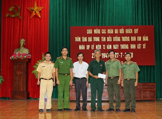 Tuổi trẻ Công an tỉnh Hà Nam thăm, tặng quà Trung tâm điều dưỡng thương bệnh binh Kim Bảng