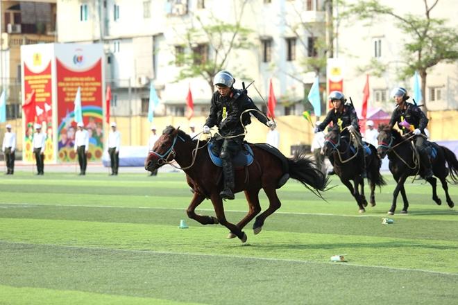 Mãn nhãn với màn phô diễn kỹ thuật điêu luyện của Cảnh sát cơ động Kỵ binh - Ảnh minh hoạ 3
