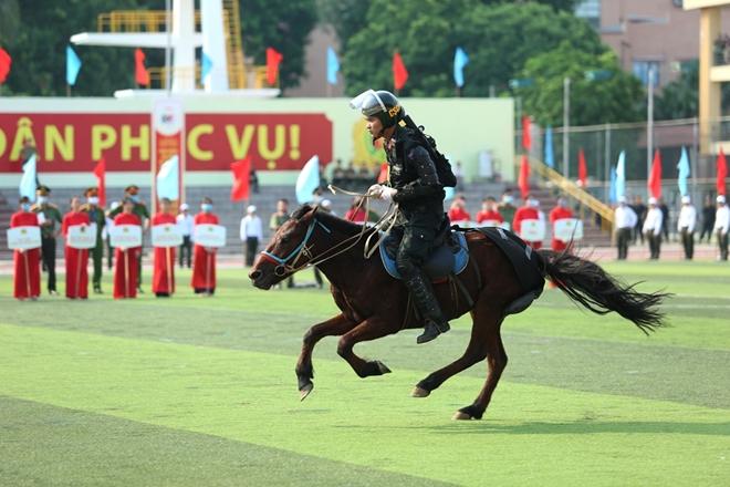 Mãn nhãn với màn phô diễn kỹ thuật điêu luyện của Cảnh sát cơ động Kỵ binh - Ảnh minh hoạ 5