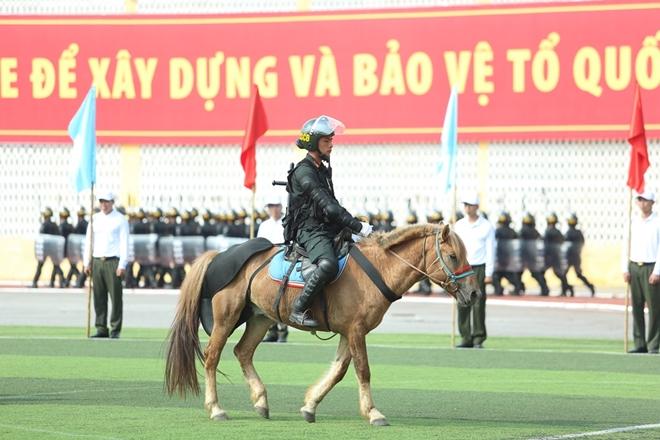 Mãn nhãn với màn phô diễn kỹ thuật điêu luyện của Cảnh sát cơ động Kỵ binh - Ảnh minh hoạ 4