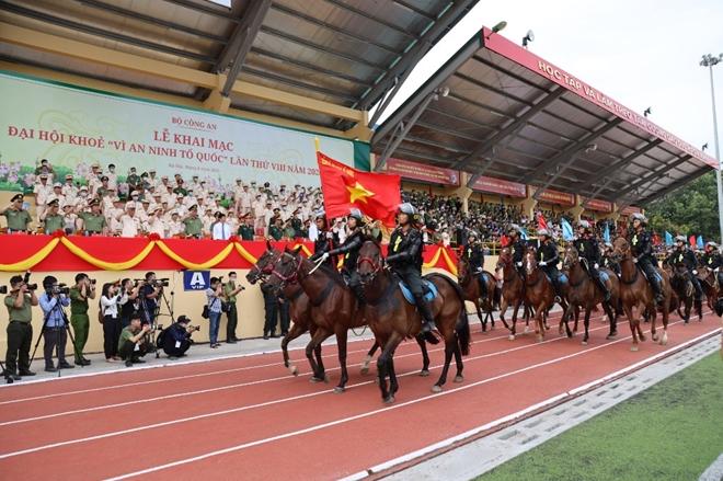 Mãn nhãn với màn phô diễn kỹ thuật điêu luyện của Cảnh sát cơ động Kỵ binh