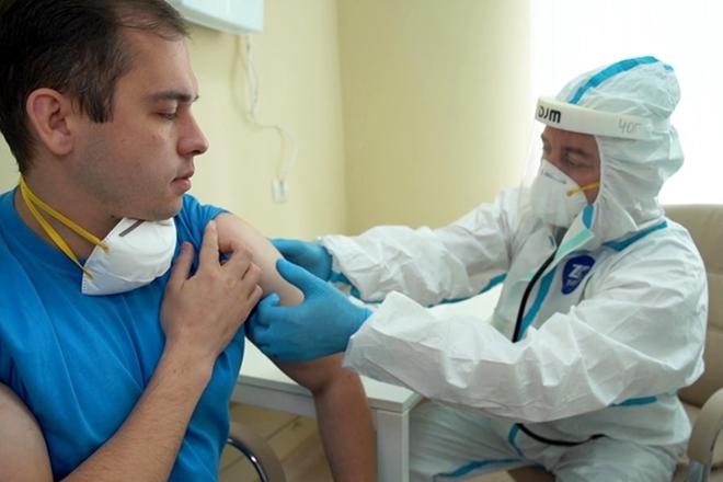 Thử nghiệm tiêm vaccine COVID-19 cho một tình nguyện viên Nga.