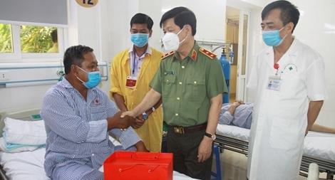 Thứ trưởng Nguyễn Văn Sơn biểu dương các bác sĩ Khoa Nội tim mạch BV 19-8