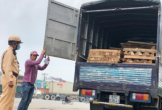 Công an TP Thuận An (Bình Dương): Mạnh tay xử lý xe quá tải, đảm bảo TTATGT