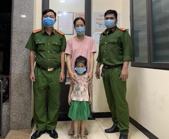 Bé gái đi lạc trong ngày Quốc khánh được Công an phường bàn giao cho gia đình