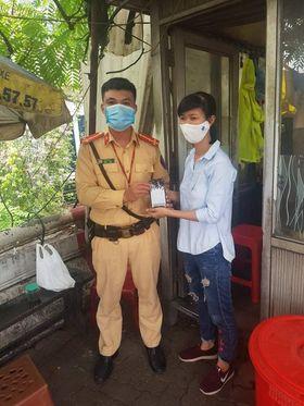 Cảnh sát giao thông chủ động tìm chủ nhân chiếc điện thoại bị đánh rơi
