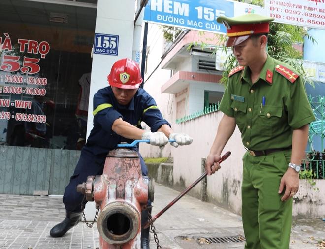 Công an Kiên Giang kiểm tra trụ nước cứu hỏa tại TP Rạch Giá