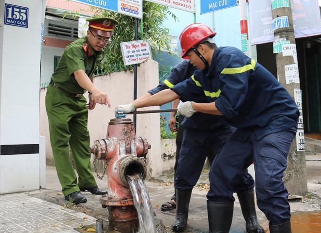 Công an Kiên Giang kiểm tra trụ nước cứu hỏa tại TP Rạch Giá - Ảnh minh hoạ 2