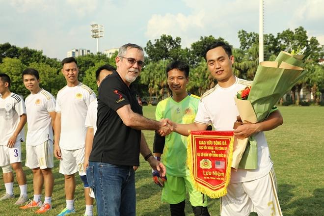 Giao hữu bóng đá kỷ niệm 25 năm thiết lập quan hệ Việt Nam - Mỹ - Ảnh minh hoạ 2