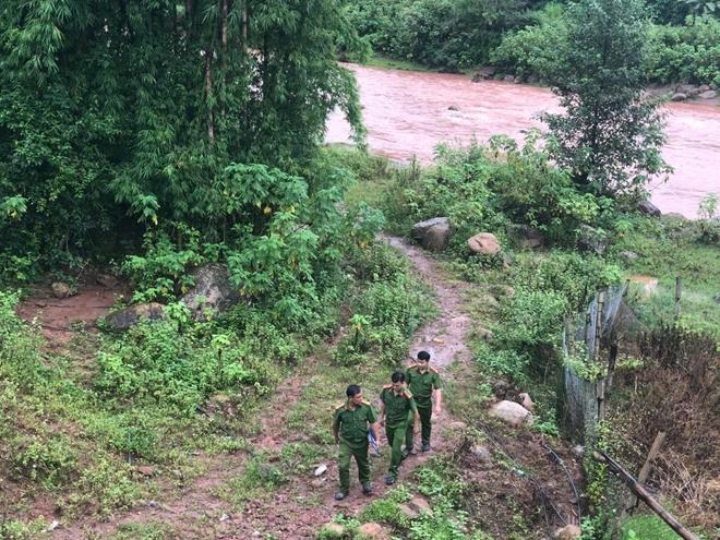 Công an xã Mường Nhé đi kiểm tra địa bàn.