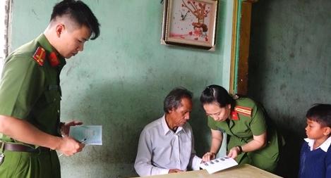 Đến từng buôn, làng cấp đổi chứng minh nhân dân cho người dân