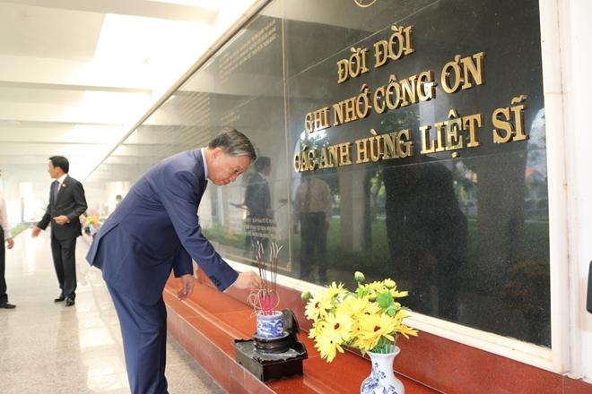 Bộ trưởng Bộ Công an Tô Lâm viếng Nghĩa trang quốc gia A1 - Ảnh minh hoạ 8
