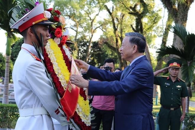 Bộ trưởng Bộ Công an Tô Lâm viếng Nghĩa trang quốc gia A1