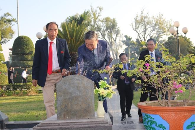 Bộ trưởng Bộ Công an Tô Lâm viếng Nghĩa trang quốc gia A1 - Ảnh minh hoạ 7