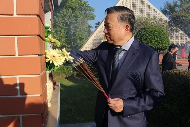 Bộ trưởng Bộ Công an Tô Lâm viếng Nghĩa trang quốc gia A1 - Ảnh minh hoạ 5