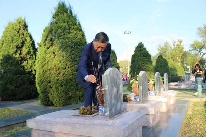Bộ trưởng Bộ Công an Tô Lâm viếng Nghĩa trang quốc gia A1 - Ảnh minh hoạ 6