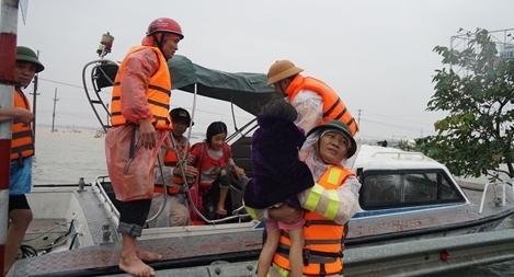 Cảm động hình ảnh công an Nghệ An giúp đỡ bà con vùng tâm lũ Hà Tĩnh