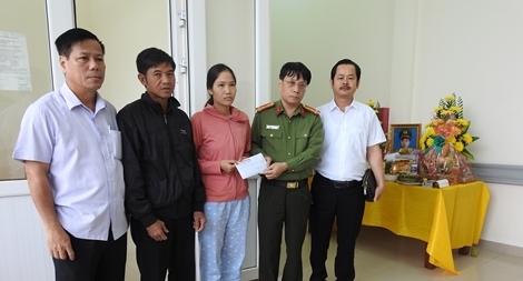 Trao hỗ trợ 50 triệu đồng tới gia đình Đại úy Công an hy sinh khi đi cứu dân trong lũ dữ