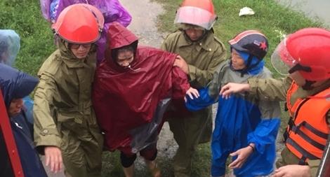 Công an Hà Tĩnh  đưa 5 sản phụ vượt lũ đến bệnh viện an toàn