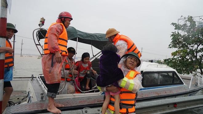 Cảm động hình ảnh công an Nghệ An giúp đỡ bà con vùng tâm lũ Hà Tĩnh - Ảnh minh hoạ 2