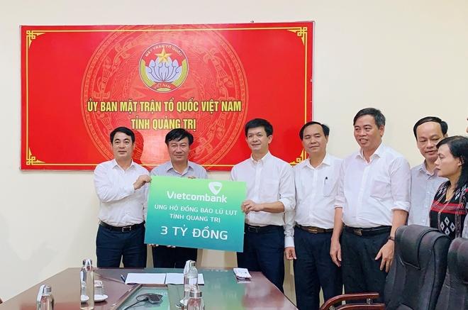 Vietcombank ủng hộ 11 tỷ đồng, chung tay cùng cán bộ, chiến sỹ và đồng bào miền Trung vượt qua khó khăn trước thiên tai, lũ lụt - Ảnh minh hoạ 2
