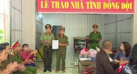 Công an huyện Tân Hồng  trao hai căn nhà Đại đoàn kết