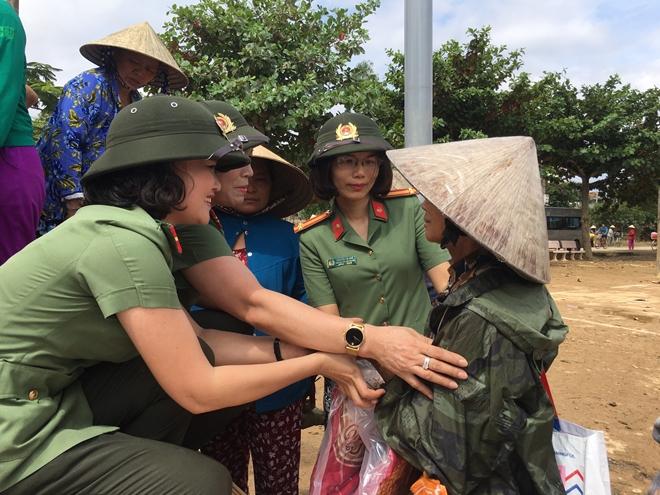 Phụ nữ CAND thăm, tặng quà người dân Quảng Bình - Ảnh minh hoạ 2