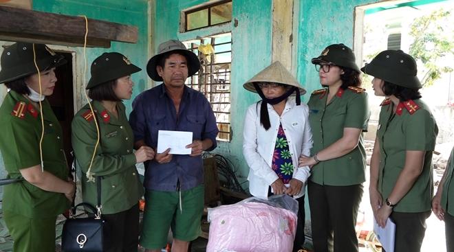 Phụ nữ CAND thăm, tặng quà người dân Quảng Bình - Ảnh minh hoạ 4