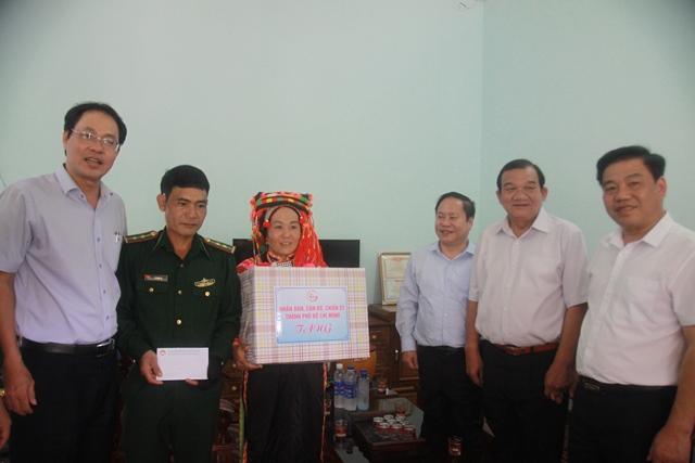 Bàn giao nhà cho hộ nghèo và trao quà tại xã biên giới Bum Tở, huyện Mường Tè - Ảnh minh hoạ 7