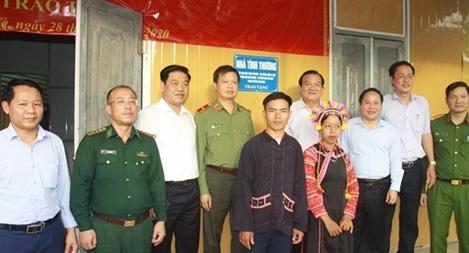 Bàn giao nhà cho hộ nghèo và trao quà tại xã biên giới Bum Tở, huyện Mường Tè