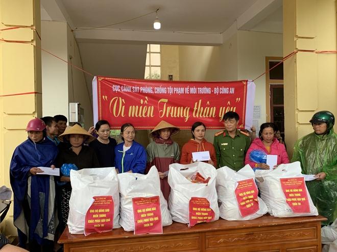 Cục Cảnh sát môi trường trao quà hỗ trợ bà con vùng lũ - Ảnh minh hoạ 7