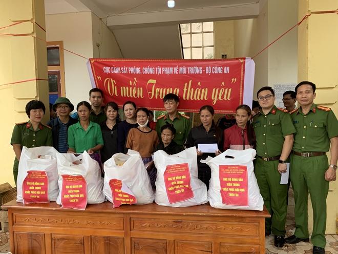 Cục Cảnh sát môi trường trao quà hỗ trợ bà con vùng lũ - Ảnh minh hoạ 3