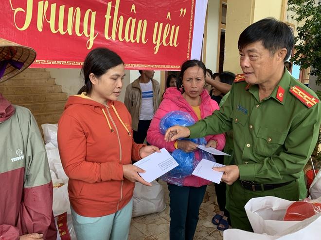 Cục Cảnh sát môi trường trao quà hỗ trợ bà con vùng lũ