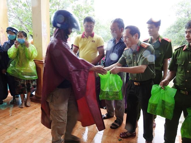 Báo CAND và Công ty NCT3 trao hỗ trợ người dân Quảng Trị bị lũ lụt - Ảnh minh hoạ 2